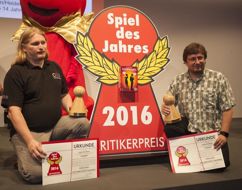Spiel-des-Jahres-2016-Codenames-predani. Krycí jména je týmová ... dc4593edf1