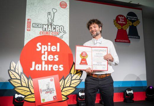 Cenu Spiel des Jahres 2021 získala hra MikroMakro: Město zločinu
